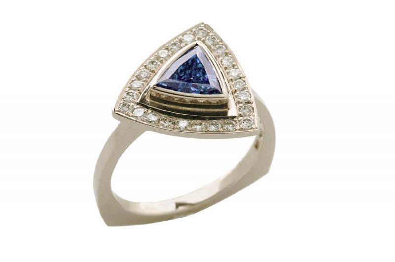 Ring i vitt guld med blå diamant