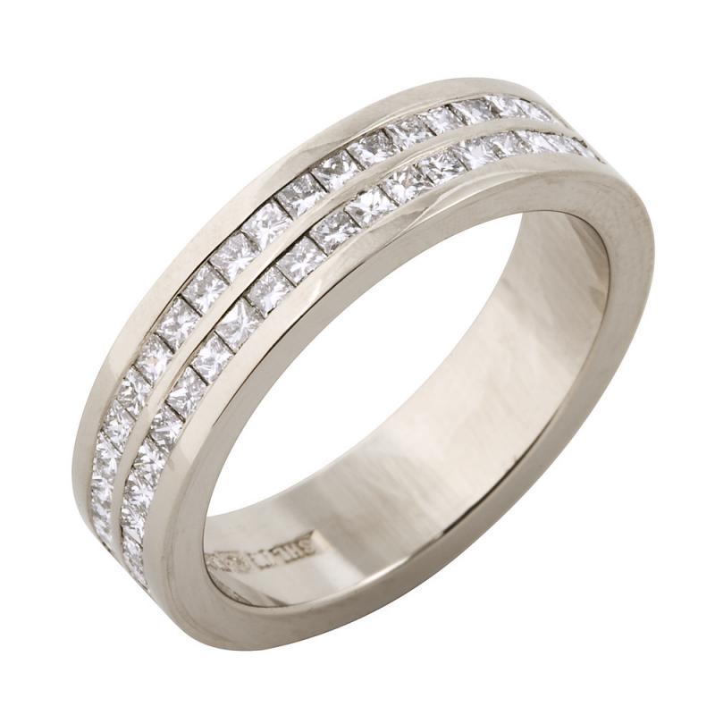 Ring i vitt guld med princesslipade diamanter.