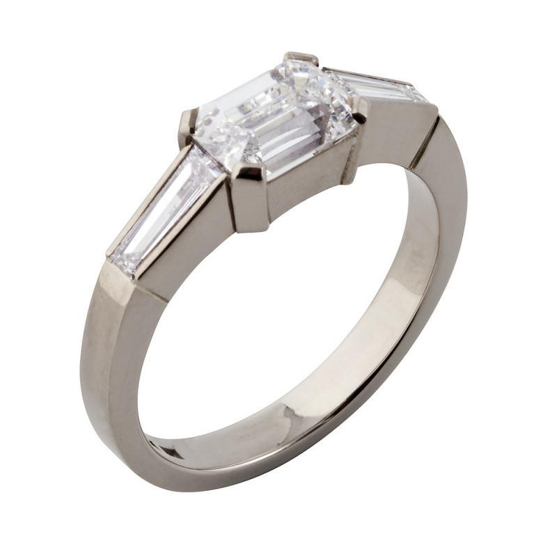 Ring i vitt guld med ceylonslipad diamant.
