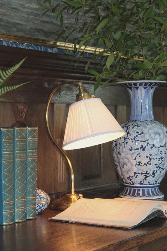Bordlampa Lagerlöf med veckad tygskärm Sekelskifte