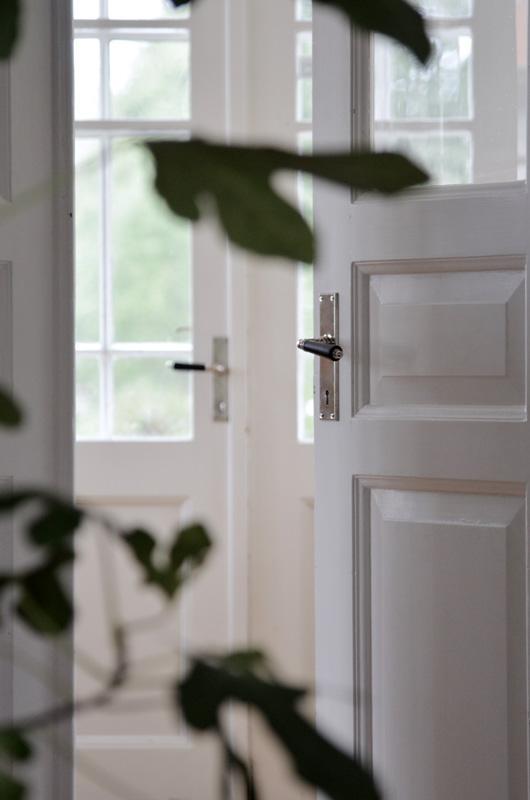 Gammaldags dörrtrycke med långskylt - förnicklad mässing.