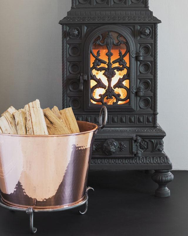Vedkurv - Vedbalje kobber på føtter - arvestykke - gammeldags dekor - klassisk stil - retro