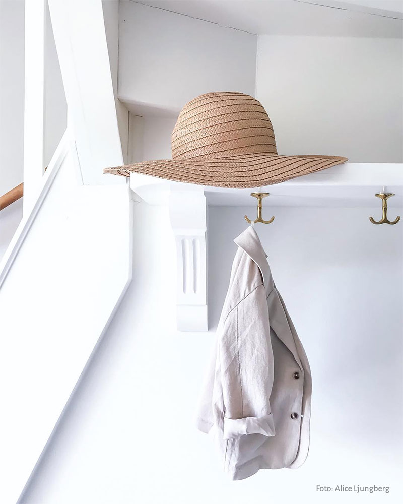 Build your own hat shelf with wooden brackets and brass anchor hook - old style - vintage style - classic interior - retro