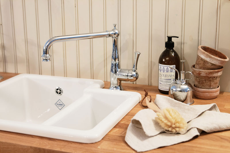Inspiration old style kitchen - sink, faucets, linseed oil soap, wood brush