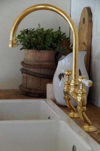 Köksblandare - Horus Victoria svanhals mässing - gammaldags stil - klassisk inredning