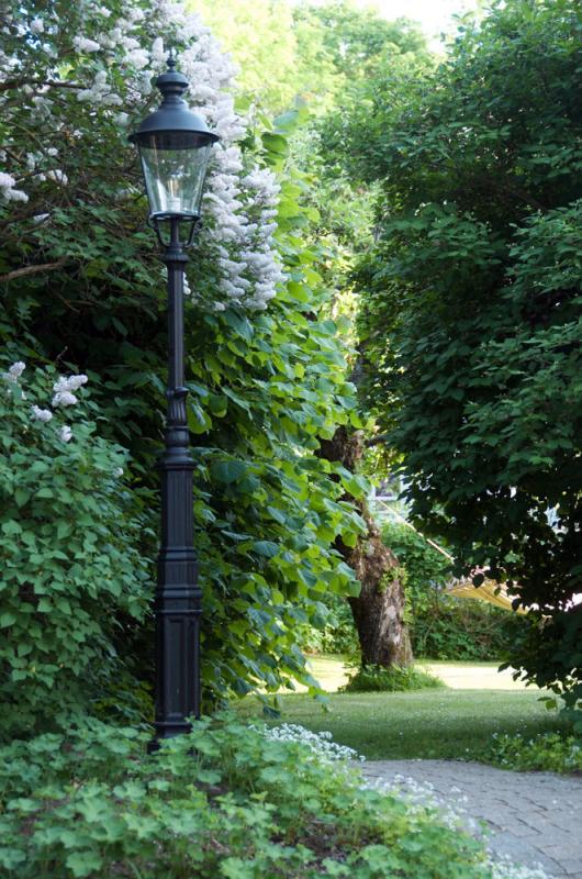 Gammaldags klassisk svart lyktstolpe - sekelskifte - gammaldags inredning - retro - klassisk stil