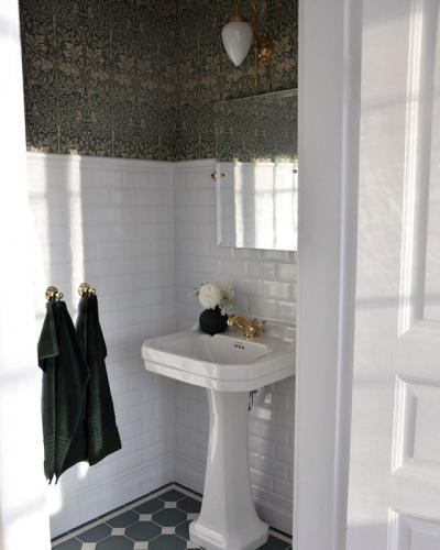 Inspiration - Guest toilet in green with brass details