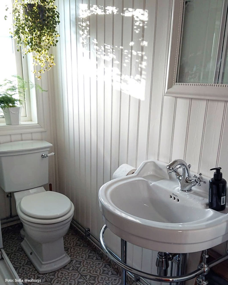 Rural bathroom with oval washbasin - old style - vintage style - classic interior - retro
