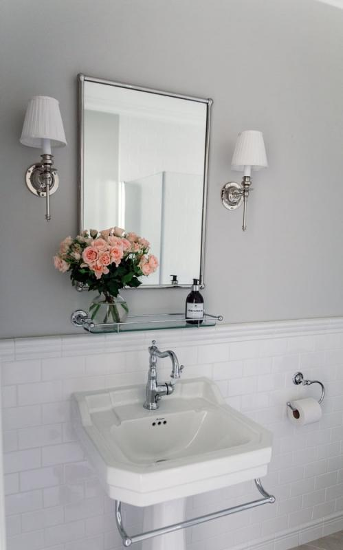 Classic-style bathroom with white tiles and chrome details - old style - vintage style - classic interior - retro