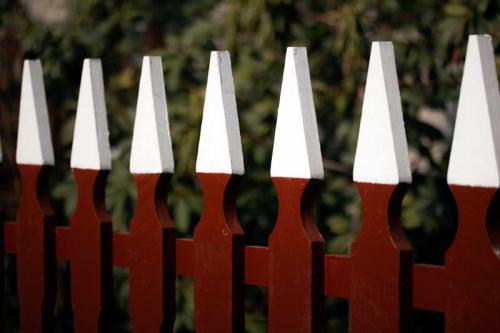 Gammaldags staket - Trädgårdsstaket Djurgården staketprofil med målade toppar.
