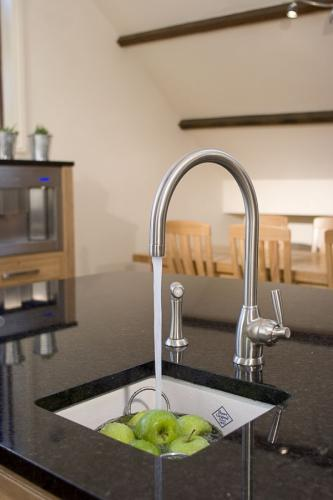 Kitchen Sink Porcelain - Shaws Belthorn 380