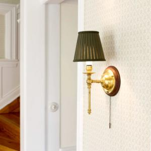 Classic wall lamp in brass with cotton shade - old style - vintage - classic interior - retro