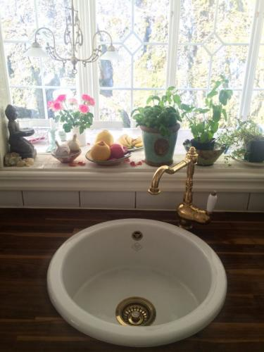 Kitchen sink Shaws, with brass sink basket strainer