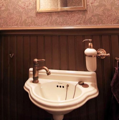 Gästtoalett i gammaldags stil - kakel klinker bröstpanel badrumsinredning Sekelskifte