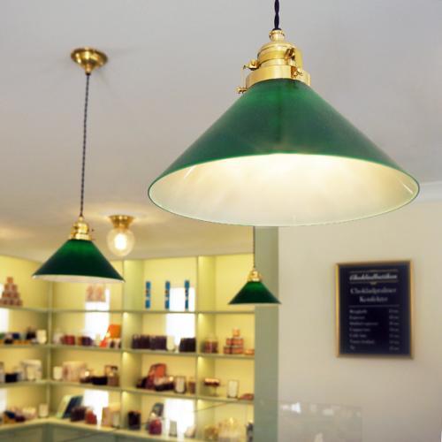 Inspiration - Skomakarlampor och Frödingplafonder i Chokladbutiken Astrid Lindgrens Värld - sekelskifte - gammaldags stil - klassisk inredning - retro