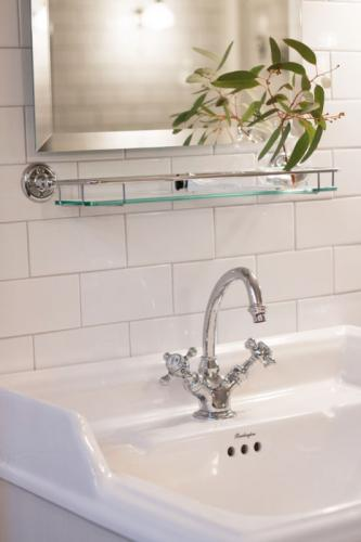 Inspiration till klassiskt badrum i vitt och krom - sekelskifte - gammaldags stil - klassisk inredning - retro
