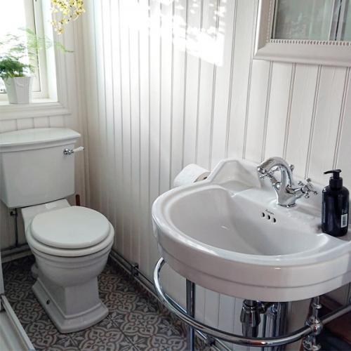 Lantligt badrum med pärlspont och gammaldags inredning - gammaldags stil - klassisk inredning - sekelskifte - retro