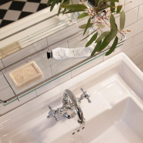Inspiration to classic bathroom in white and chrome - old style - vintage interior - old fashioned style - classic interior