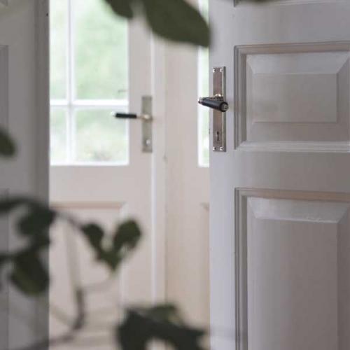 Inspiration gammaldags dörrtrycke med långskylt