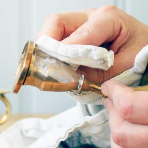 Putsa upp mässingen med Glanol och en mjuk trasa