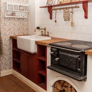 Köksinspiration - Traditionellt kök med vedspis - sekelskifte - gammal stil - klassisk inrending - retro