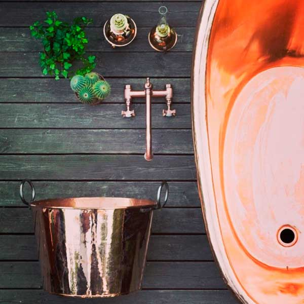 Old style copper bath tub, log holders, mixers and kerosene lamps - Copper