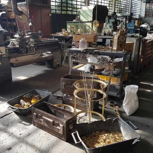 På besök i mässingsfabriken - Köp gammaldags inredningsprodukter i mässing hos Sekelskifte