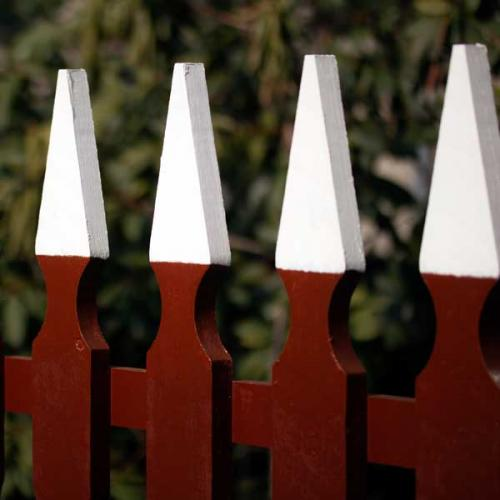 Traditionellt staket med vita toppar - Sekelskifte