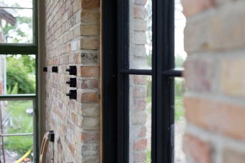 Inspiration - Black porcelain against brick wall