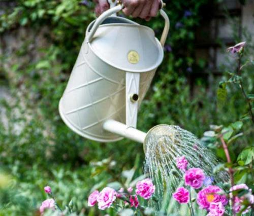 Inspiration for the garden - water cans - old style - vintage style - classic interior - retro