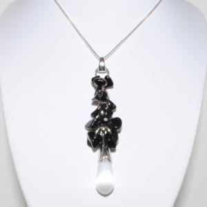 Elegant halsband med en syntetisk sten (opal)
