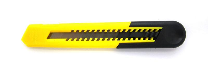 säkerhetskniv i plast med brytblad i svart och gult