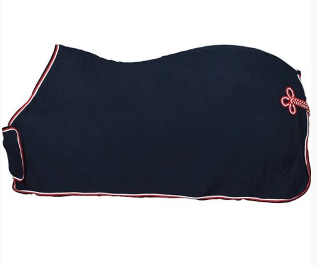 HorseGuard Fleecetäcke med bogplatta och svans fläta - Marin/Röd-Vit 135cm