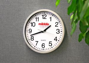 "Märklin 12303 Väggklocka 34 cm "" Wall Clock with a Railroad Station Design """