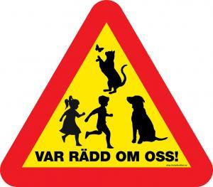 """Skylt """"Var rädd om oss"""" med hund, katt och barn."""