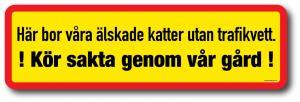 """Varningsskylt katter """"Kör sakta genom vår gård"""""""