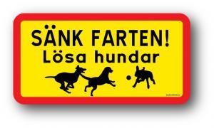 """Skylt """"Sänk farten! Lösa hundar"""""""