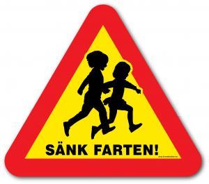 """Skylt """"Sänk farten!"""" med springande barn"""