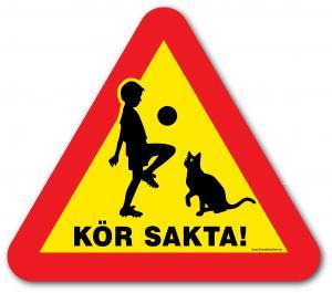 """Skylt """"Kör sakta!"""" med barn & katt"""