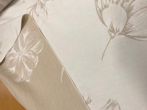 jaquardvävt möbeltyg beige med blomma