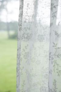 Gardinlängd Limmi, tunn skir med tryckta små blommor, vit