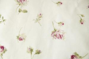 Gardiner med små rosa rosor på antikvit botten.