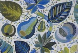 Svanefors Tyg med mönstret Adam & Eva på metervara i färgen blå. Växter och frukter.