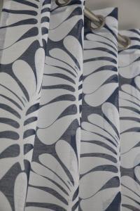 Gardinlängder i tunt skirt tyg med lövmönster, finns i 3 olika färger.