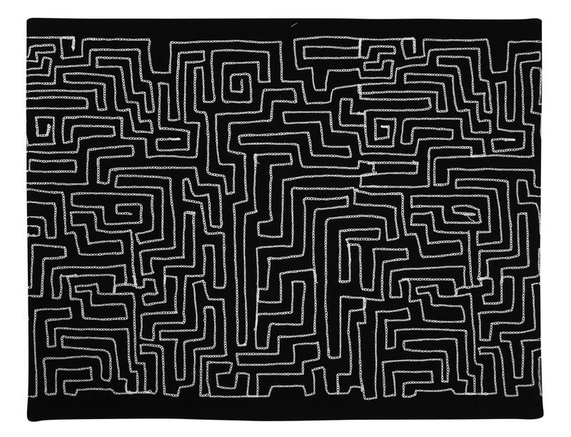 Bordstablett med lekfullt vitt mönster i form av en labyrint, finns i 3 olika färger