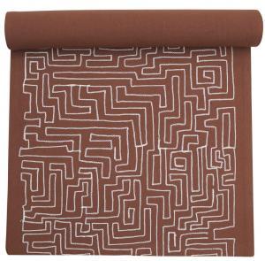 Löpare med lekfullt vitt mönster i form av en labyrint, finns i 3 olika färger
