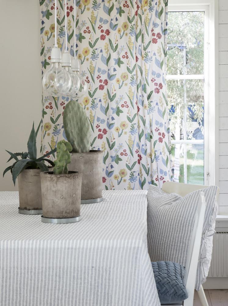 Heminredning & Textilier för sommaren. Gardinlängder med olika sommarblommor och blommönster.
