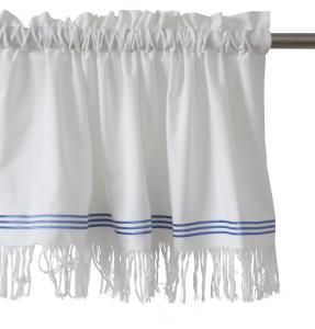 Klassisk bomullsserie i gammaldags charm. Finns som kanallängd , löpare och gardinkappa. Kanalkappa med frans och flaggblå rand nedtill.