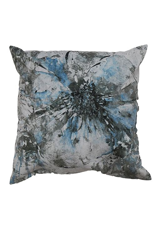 Artflower sammets kuddfodral från Nina Royal i färgen blått, grått. Abstrakt blommönstrad kudde.