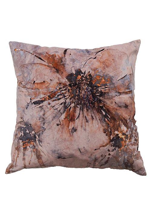 Artflower sammets kuddfodral från Nina Royal i färgen Peach. Abstrakt blommönstrad kudde.